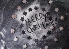 vita röda stjärnor för abstrakt för bakgrundsjul mörk för garnering modell för design Glad jul som är skriftlig med mjöl- och kex Arkivbild