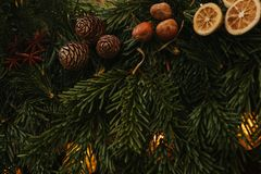 vita röda stjärnor för abstrakt för bakgrundsjul mörk för garnering modell för design Julbegreppsberöm Julgran-träd med garnering Royaltyfria Foton