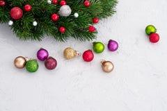 vita röda stjärnor för abstrakt för bakgrundsjul mörk för garnering modell för design Julgrantree med garneringen Royaltyfri Bild