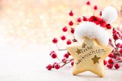 vita röda stjärnor för abstrakt för bakgrundsjul mörk för garnering modell för design Julstjärna och santa hatt Hälsningbil Arkivbilder