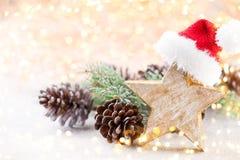 vita röda stjärnor för abstrakt för bakgrundsjul mörk för garnering modell för design Julstjärna och santa hatt Hälsningbil Arkivfoto
