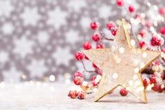 vita röda stjärnor för abstrakt för bakgrundsjul mörk för garnering modell för design Julstjärna och santa hatt Hälsningbil Fotografering för Bildbyråer