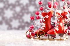 vita röda stjärnor för abstrakt för bakgrundsjul mörk för garnering modell för design Julstjärna och santa hatt Hälsningbil Royaltyfri Foto
