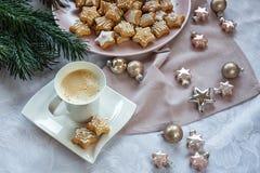 vita röda stjärnor för abstrakt för bakgrundsjul mörk för garnering modell för design Kaffe med julkakor En toy på entree med por royaltyfri bild
