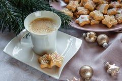 vita röda stjärnor för abstrakt för bakgrundsjul mörk för garnering modell för design Kaffe med julkakor En toy på entree med por arkivbild