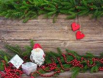 vita röda stjärnor för abstrakt för bakgrundsjul mörk för garnering modell för design Julgranträd med garnering på gammal träbakg Royaltyfri Fotografi