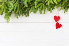 vita röda stjärnor för abstrakt för bakgrundsjul mörk för garnering modell för design Julgranträd, röd hjärtagarnering på vit trä Royaltyfri Fotografi