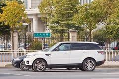 Vita Rane Rover Sport som väntar på en föreningspunkt, Yiwu, Kina arkivfoton