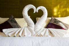 Vita rena handdukar på hotellsängen Royaltyfri Bild