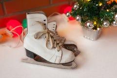 Vita retro skridskor den kiting floden skidar snöig sportvinter Bakgrund för jul och för nytt år med Eve Tree garneringar Fotografering för Bildbyråer