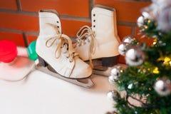 Vita retro skridskor den kiting floden skidar snöig sportvinter Bakgrund för jul och för nytt år med Eve Tree garneringar Royaltyfri Bild