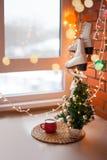 Vita retro skridskor den kiting floden skidar snöig sportvinter Bakgrund för jul och för nytt år med Eve Tree garneringar Arkivfoto