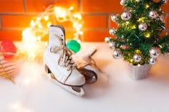 Vita retro skridskor den kiting floden skidar snöig sportvinter Bakgrund för jul och för nytt år med Eve Tree garneringar Royaltyfri Foto