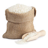 Vita ris i en säck och en träskopa som isoleras på den vita backgroen Arkivbilder