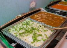 Vita ris med gräsplaner och curry arkivbild