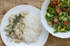 Vita ris med hönaskivor i vit sås royaltyfria foton