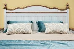 Vita rosa blåa gula färger för klassiskt sovrum för inredesign, kuddar royaltyfri fotografi