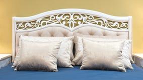 Vita rosa blåa gula färger för klassiskt sovrum för inredesign, kuddar royaltyfria bilder