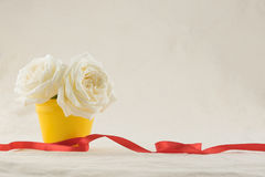 Vita rosor i gul kruka Royaltyfria Foton