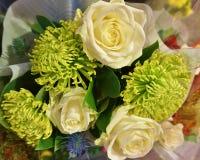 Vita rosor och grön krysantemum royaltyfria bilder