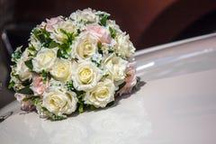 Vita rosor på bröllopbilhuven Arkivbilder