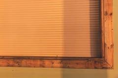 Vita rullgardiner stänger den stora fönsternattetiden royaltyfria bilder