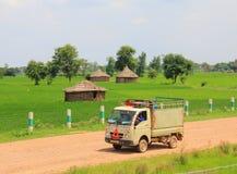 Vita rurale in India: campi di frumento e piccolo camion fotografia stock libera da diritti