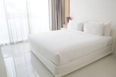 Vita sängark och kuddar Royaltyfri Fotografi