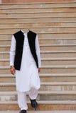 Vita Salwar Kameez med svarta waistcoat- och svartPeshawari skor utan huvudet arkivbild