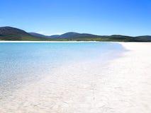 Vita sander och bl?tt vatten p? en skotsk ? royaltyfri fotografi