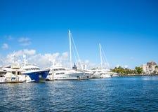 Vita segelbåtar som förtöjas i det Intracoastal Royaltyfria Bilder