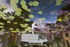 Vita skåpbil reflexion i kanal Fotografering för Bildbyråer