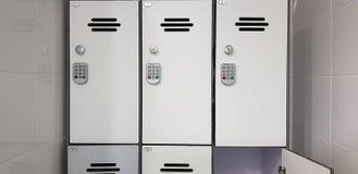 Vita skåpdörrar med elektriska kodlås royaltyfri fotografi