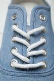 Vita skosnöre i gymnastikskor, närbild som är vertikal fotografering för bildbyråer