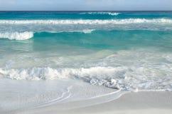 Vita skummande vågor och görande mörkare gradvist färg av havsvatten royaltyfri fotografi