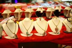 Vita skyltdockor med indiska märkes- halsband royaltyfri foto