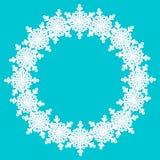 Vita snöflingor för rund ram med skugga på blå bakgrund pap vektor illustrationer