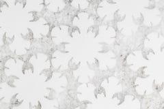 Vita snöflingor i closeuplägenhet lägger arkivfoton