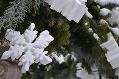 Vita snöflingor och julgranbollar och kottar arkivbilder