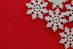Vita snöflingor på röd ferie för jul för nytt år för bakgrund royaltyfria foton
