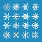 Vita snöflingor som isoleras på blå bakgrund Snöflingasymbol av jul och det nya året E royaltyfri illustrationer