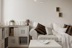 Vita soffa- och bruntkuddar royaltyfri fotografi