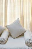 Vita soffa och kuddar arkivfoto