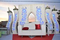 Vita soffa och portar på etappen för bröllopet Royaltyfri Foto