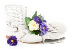 Vita sommarkängor med blommor Royaltyfri Bild