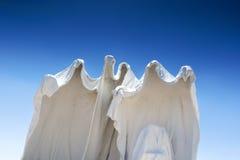 Vita statyer för Spechless murbruk som symboler av den övergav minen Royaltyfri Foto