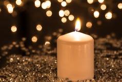 Vita stearinljus- och garneringljus Arkivbild