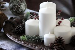 Vita stearinljus på ett magasin royaltyfri bild