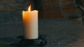 Vita stearinljusbrännskador och ställningar för stort vax i en gammal ljusstake i en gammal medeltida kyrka i Tyskland arkivfilmer