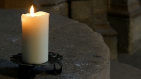 Vita stearinljusbrännskador och ställningar för stort vax i en gammal ljusstake i en gammal medeltida kyrka i Tyskland lager videofilmer